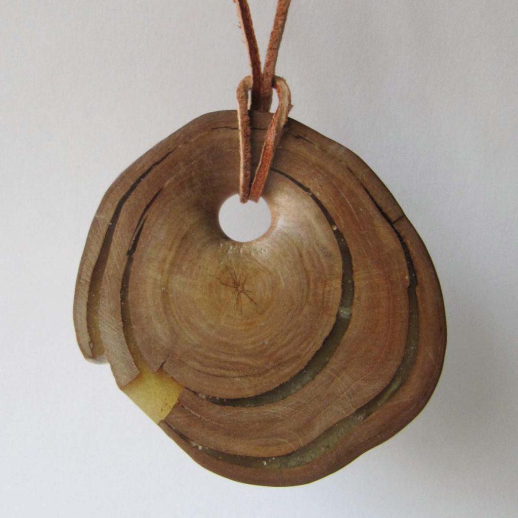 Kaklo papuošalas (slyva, 6 x 6 cm) | Adomo medis
