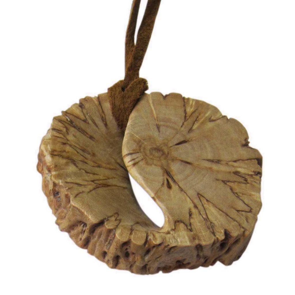 Kaklo papuošalas (Karelijos beržas, 4 x 4 cm) | Adomo medis